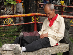 Mamang Tulog (Sitooh Shoot! (by Josh Saliot)) Tags: plaza old bench photography flickr shoot nap fb sleep philippines homeless bacolod pilipino pinoy pilipinas tulog kahirapan sitooh