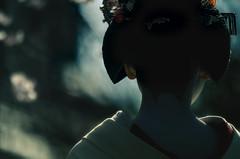 (inhiu) Tags: light portrait reflection japan dark kyoto geisha gion d7000 inhiu