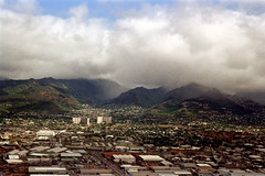 33-616 (ndpa / s. lundeen, archivist) Tags: nick dewolf nickdewolf 33 reel33 color photographbynickdewolf 1970s 1972 fall film 35mm winter 1973 aerial fromtheair fromtheairplanewindow hawaii honolulu oahu city hills mountains clouds landscape buildings