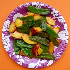 Zuckerschoten, Pfirsich & Sweet Chili Sauce. (remember moments) Tags: dietmarvollmer snowpea mangetout peach peaches sweetchilisauce dish circle round meal food fruit vegetable fastfood