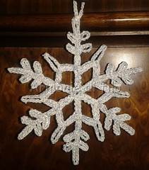 Cristallo di ghiaccio (Armonie di filo) Tags: uncinetto filo cotone cristallo ghiaccio natale argento glitter brillantini argentato inamidato bomboniera decorazione albero christmas mano addobbo natalizio segnaposto