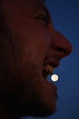 Addentando la luna - Biting the moon. (sinetempore) Tags: addentandolaluna bitingthemoon uomo man eagazzo girl lunapiena fullmoon lunainbocca mooninmouth profilo profile viso volto face