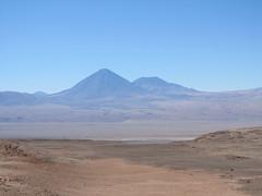 """Le désert d'Atacama: le volcan Licancabur et son acolyte vus depuis la Vallée de la Mort <a style=""""margin-left:10px; font-size:0.8em;"""" href=""""http://www.flickr.com/photos/127723101@N04/29192937086/"""" target=""""_blank"""">@flickr</a>"""