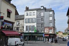 2016.06.28.057 HONFLEUR - (alainmichot93 (Bonjour  tous)) Tags: 2016 france normandie seinemaritime honfleur architecture rue faade toit fentre colombages publicit