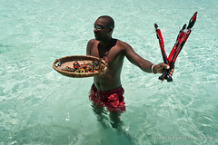 Kenya: safari blu (Marco Perolio) Tags: africa boy sea sky people beach water sunglasses canon mare kenya palm souvenir gadget azzurro seller masai malindi lightblue swahili ragazzo beachboy venditore watamu 1000d safariblu
