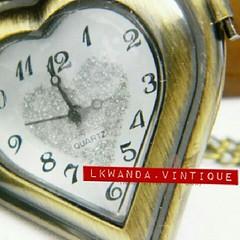 ขนาดสินค้า ไซด์: L ความยาวสาย: 80 ซม. ขนาดนาฬิกา: 41 x 47มม. ความหนา: 13 มม.  รายละเอียดสินค้า นาฬิกาพกแบบสร้อยคล้องคอAntique Bronze Sweet Love อบอวลด้วยกลิ่นอายคลาสสิค ทรงรูปหัวใจ ฝาเป็น ลายฉลุด้านหลังเป็นลายแกะสลักนู่นต่ำ นาฬิกาสไตล์ vintage งาน Handmad