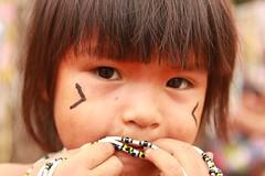 Menina Yawalapiti, encontro de culturas, Goiás 1 (Renan Leandrini) Tags: brasil xingu criança floresta renan indio indigena yawalapiti leandrini criançaindigena renanleandrini