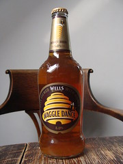 Waggle Dance (knightbefore_99) Tags: uk england beer real bottle sweet cerveza ale craft wells bee honey camra pivo waggledance fuggle