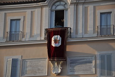 La loggia del Palazzo (FumataBianca) Tags: vaticano ratzinger dimissioni sedevacante castelgandolfo benedettoxvi striscioni ultimosalutopapa papaboyspapa