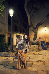 (Henri Railowsky) Tags: portrait urban espaa tree smiling statue night canon shopping bag square happy eos spain funny streetlamp retrato flash posing catalonia 5d af2 tarragona metz reus stylish 58 markii 1635mm pavestones