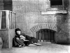 Charlie Chaplin et Paulette Goddard dans la rue (Charlie Chaplin: du muet au parlant) Tags: film 1936 charlot rue cinma charliechaplin gamine vagabond paulettegoddard photofilm tempsmodernes filmmuet dvdclassik