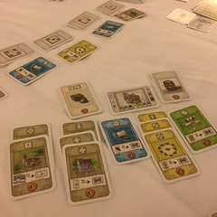 Castles of Burgundy: Card Game - เวอร์ชั่นการ์ดของบอร์ดเกมในดวงใจอีกเกม ฝีมือ Stefan Feld เจ้าเก่า ทึ่งที่สามารถแปลงกลไกบอร์ดเกมมาเป็นไพ่ได้ครบทุกกลไก เพียงแต่ต้องเปลี่ยนเลย์เอาท์กระดานมาเป็นกติกาการรวมไพ่เป็นเซ็ต ชนิดละสามใบถึงจะได้คะแนน ระหว่างเกมมีวิธี