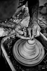 Il vasaio (Riboli Alessandro) Tags: vasaio modellare creta artigiano artista artist nikon nikkor 2470 28 d700 bienno mostramercato sagra festa evento bianconero silver efex mani hand antico