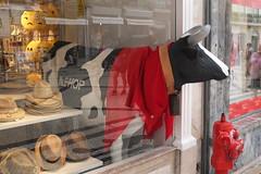 Avere la testa tra le nuvole? No, nella vetrina! (Maurizio Belisario) Tags: mucca cow lisbona portogallo negozio store coloreforte rosso red funny divertente window vetrina