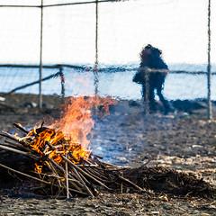 Who Loves...Burns! (Andrea LD) Tags: sea net love beach canon fire eos couple bokeh smoke 7d l usm 70200 ef f4 70200mm