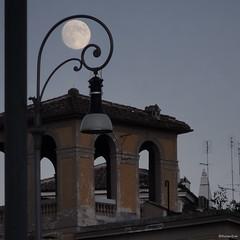 Luz de Luna (Román Emin) Tags: roma lowlight europa italia sony it luna vaticano nocturnas aroundtheworld aroundtheglobe throughmylens postaday dschx5v sonydschx5v lifesaphoto