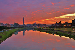 Red reflection (Singer ) Tags: bridge sunset sky reflection green grass canon river glow nightshot taiwan  taipei       nightscenes    101            taipei101skyscraper      canon550d mygearandme singer singer186