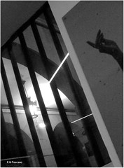 Hacia la luz. Toward the light. (Esetoscano) Tags: luzlight reflejos reflections ventana window arcos archs lmparas lamps streetlights farolas noche night inspiracinabstracta abstractinspiration bw bn byn
