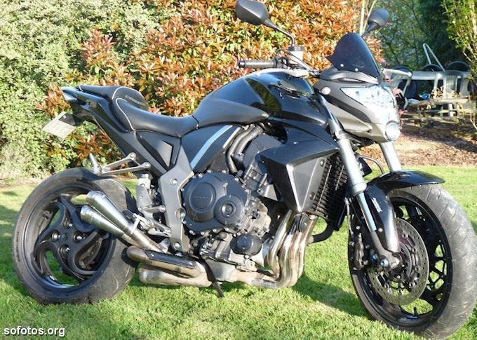 Honda CB1000 R na grama