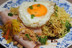 don-pedros-lunchhapje:mie-met-ham-en-ei (Don Pedro de Carrion de los Condes !) Tags: bali food kitchen lunch cuisine yummy dish egg plate ham noodles spicy friedegg homecooking fx chinois sunnyside keuken sunnysideup rijst indonesian mie bord eten ei malay ontbijt repas donpedro chinees ketjap foodphotography eitje maaltijd schotel atjar noedels lacuisine garnering d700 selder selamatmakan seroendeng gebakkenei scharrelei atjartjampoer donpedroskitchen lunchhapje prepareealamaison