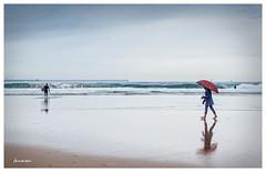 El paraguas rojo (Hercana) Tags: sea beach umbrella mar surf gijn wave playa paraguas surfista playasanlorenzo
