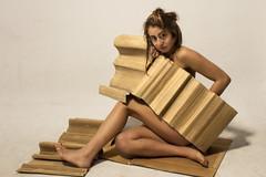 """Proyecto:"""" Entre Cartones"""" (lili.raijel) Tags: cartones carton mujer bella retrato cannon"""
