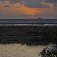 Amanhecendo (Lucia Cysneiros) Tags: brasil pernambuco cabodesantoagostinho enseadadoscorais praia mar beach sea nascerdosol sunrise