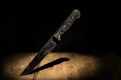 ... vollig unscharf (Redfinn-Photoart) Tags: wood tabletop kontraste unscharf kchenmesser flash 365fotosorg day318 blitz colour messer 365days tag318 sony a6000 alpha6000 holz vlligunscharf ilce6000