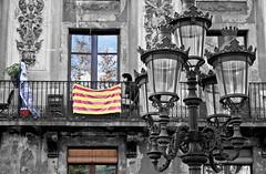 Independiente (CROMEO) Tags: barcelona blanco persona farola foto negro edificio dia bandera balcon terraza cataluña catalan rambla estelada despejado ciudadano