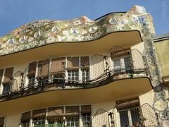 Barcelone - Casa Batlló (larsen & co) Tags: barcelona architecture spain patio artnouveau gaudi balconies espagne façade barcelone modernisme antonigaudi balcons trencadis casabatló puitsdelumière casbatlo