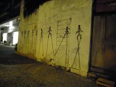adivinha (João Martins Neto) Tags: rio de graffiti arte o mais noite pernas rua martins pau trabalho joao bh artista joaomartinsneto bunequinhos