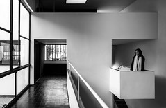 Maison La Roche (Chimay Bleue) Tags: bw white house black paris france home monochrome architecture modern design la noir francaise interior interieur central modernism monochromatic architect le staircase villa lecorbusier atrium maison foyer blanc escalier entry corbusier modernist francais roche corbu laroche pspf