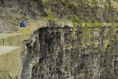 (IlPoliedrico) Tags: irlanda ireland green cliffofmoher cliff scogliere man lonely wanderer jump musk muschio rock rockface