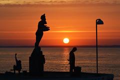 Angelpose 2 (Panasonikon) Tags: sonnenuntergang angeln meer posing statue figur lampe nikond5200 nikkor55200 silhouette