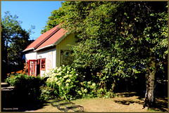 Le Caf du Clocher-Kamouraska, Qc.Canada (Huguette T.) Tags: kamouraska restaurant vieillemaison jardin arbres basdufleuve