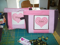 Necessairie (Nena Matos) Tags: hope patchwork cuore tecidos stoffa borsetta aplicaçao necessairie borsinha liverosa
