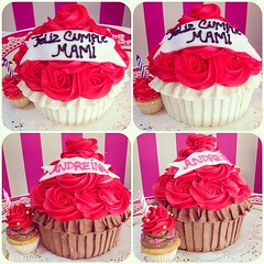 Giant Cupcakes!!! Solo en #sweetcakesstore #sweetcakes #lecheria #venezuela #puertolacruz #bakery #cupcakery #cupcakes #originalcupcakes #originalcakes #cakes #minicakes #delicious #yummy #cute #roses #instagramers #photooftheday #instalove #3000followers (Sweet Cakes Store) Tags: cakes valencia del giant square de la cupcakes yummy y amor venezuela dia tienda cupcake squareformat rosas gigante torta regalo madre tortas lecheria ponque sweetcakes rufles ponques iphoneography instagramapp uploaded:by=instagram sweetcakesstore sweetcakesve