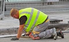 Linz (austrianpsycho) Tags: linz workers working baustelle worker bauen kante pflaster boden arbeiten bauarbeiter arbeiter strase warnweste pflastern landstrase