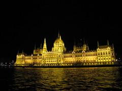 Parlament jszaka 3 (brauny) Tags: budapest magyarorszg hungary capital night noflash duna dabube parlament parliament orszghz
