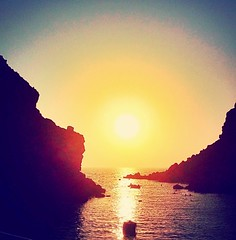 Sun goes down (elirus1) Tags: caldera visitgreece lovegreece sungoingdownonme greece sea sun boat tramonto sunset oia fira santorini