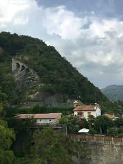 (Paolo Cozzarizza) Tags: italia lombardia bergamo rivadisolto lungolago panorama cielo roccia muro alberi