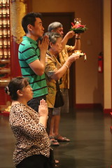 A group prayer @ Buddha Tooth Relic Temple and Museum in Singapore (Let my photography tell you my story) Tags: art beautiful canon singapore prayer praying buddhatoothrelictempleandmuseum canoneos5dmarkiii canon70200mmislusmf4