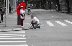 P&B And Red (Aszuos) Tags: street red corner umbrella photographer pb esquina rua fotografo sombrinha