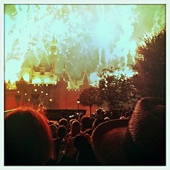 (disneyred) Tags: travel disneyland disney anaheim california southerncalifornia socal outdoors happy castle sleepingbeautycastle fireworks fireworkshow night show sky