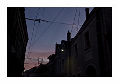 Quelque chose de familier (hlne chantemerle) Tags: soir nocturne ciel toits ombres cables crpuscule dusk sunset roofs shadows black blue sky wires