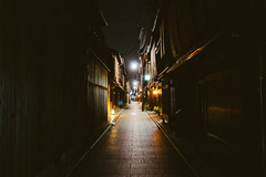Gion At Night (Pikaglace) Tags: sony a7 ion kyoto japan japon japanese city traditional ville pavement pavs lumire night nuit lampion choppes restaurants sombre ruelle street travel voyage