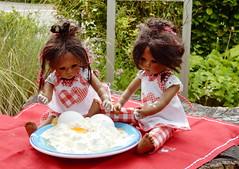 Zwei kleine Spitzenköchinnen ... (Kindergartenkinder) Tags: dolls himstedt annette kindergartenkinder essen park gruga garten annemoni sanrike milina tivi kochen outdoor leleti