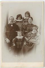 Johannes og Hansine Lund med familie (aasenhistorie.no) Tags: lund norway norge familie norwegen levanger nordtrøndelag fossing åsen aasenhistorieno elvheim