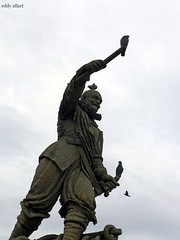 A Bird in the Hand.... (Eddy Allart) Tags: estatue standbeeld sculpture statue delfshaven birds duiven pietheyn