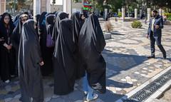 Plerinage  Qom : briefing avant d'entrer (jfgornet) Tags: img7731 iraniens qom